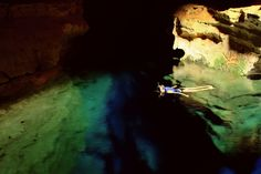 Poço Azul, Bahia - Brasil  Diferentemente de outros poços com água tão transparente, no Poço Azul é possível fazer flutuação e a sensação é de estar voando.