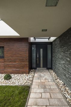 Home Design, Entryway Of Marble Materials Adorned White Nature Stone And Modern Design Exterior Single Story House: Amazing Single Story Hou. Modern Exterior, Exterior Design, Interior And Exterior, Exterior Doors, Modern Front Door, Front Entry, Front Doors, Modern Entrance, Modern Garage