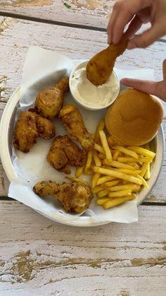 """Fatmee _ kitchen🇱🇧🇰🇼 on Instagram: """". دجاج مقلي 👌🏻🔥 طري طري طري ذايب حتى الصدر ما قصيتو ستوى ١٠٠ بالميه وطري. نقعت قطع الدجاج يوم كامل حليب - خل - فلفل اسود - بابريكا- كمون…"""""""