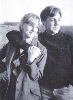 Paul McCartney and his wife Linda Eastman. Paul Mccartney Beatles, Paul And Linda Mccartney, Beatles Love, Les Beatles, Beatles Songs, Great Love Stories, Love Story, Linda Eastman, Kiss And Romance