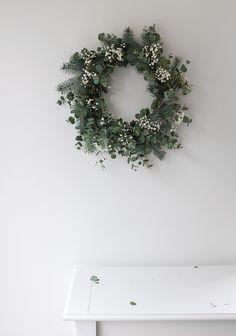 Voici ce qu'il vous faudra ainsi que les étapes à suivre pour réaliser une couronne de Noël loin d'être quétaine. Minimal Christmas, Natural Christmas, Simple Christmas, Christmas Tree Box Stand, Christmas Flowers, Winter Wonderland Christmas, Christmas Mood, Creation Deco, Xmas Wreaths