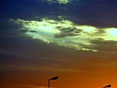 Una pincelada violenta. Una rasgadura de un cielo con los últimos reflejos dorados, mostrando impúdicamente un espacio increíblemente celeste.