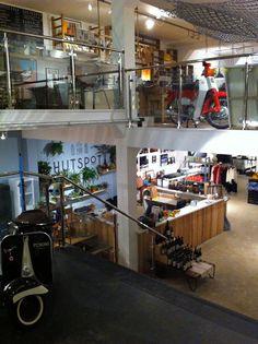 De nieuwe manier van winkelen en verkopen......HUTSPOT Amsterdam. Het doel van Hutspot Amsterdam is het faciliteren van kleine winkelruimtes voor bedrijven met inspirerende en creatieve producten. Deze brengen wij samen in een sfeervol ingerichte winkelruimte, gelegen op een A-locatie in het bruisende hart van Amsterdam; de Van Woustraat 4. Op deze manier willen wij (jonge) bedrijven en ondernemers de kan...