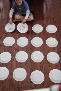 Jogo da memoria utilizando o contorno das maos das criancas. Participação das…