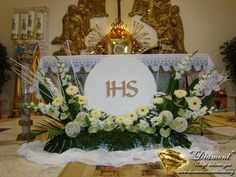 The world's catalog of creative ideas Alter Flowers, Church Flowers, Church Flower Arrangements, Funeral Arrangements, Wedding Ceremony Flowers, Purple Wedding Flowers, Church Altar Decorations, First Communion Decorations, Catholic Altar