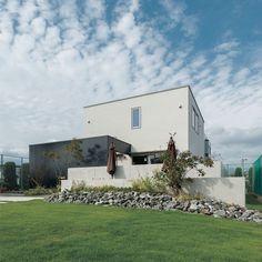 内と外が緩やかにつながるダブルテラスの家 Orange Farm, Modern Buildings, Mansions, House Styles, Plants, Outdoor, Image, Home Decor, Arquitetura