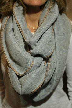 comment nouer un foulard grosse charpe grise