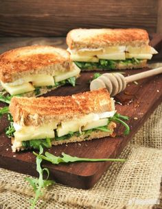Sandwich with brie and apple. Sandwich with brie and apple (in Spanish) Appetizer Sandwiches, Gourmet Sandwiches, Sandwich Bar, Healthy Sandwiches, Sandwich Recipes, Apple Sandwich, Wrap Recipes, Veggie Recipes, Vegetarian Recipes