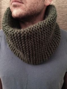 Snood tricoté main en laine verte  Snood tricoté main en laine, dans un joli ton de vert. Motif point mousse, laine de taille n°8.  Bonnet assorti disponible.  Taille homme. Les modèles femme et enfant sont disponibles sur commande.  Existe en toutes les couleurs!