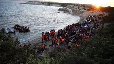 Δεκάδες χιλιάδες οι πρόσφυγες και οι μετανάστες που συνωστίζονται στη τουρκική χερσόνησο της Ερυθραίας, απέναντι από τη Χίο, ψάχνοντας τρόπο αγωνιωδώς να περάσουν στα ελληνικά νησιά. Όπως γράφει σήμερα Κυριακή η Χουριέτ, ο επίσημος αριθμός των καταγεγραμμένων Σύρων σε όλη την Τουρκία ανέρχεται στα 2.587.000 και μαζί με τους Αφγανούς, Ιρακινούς και Πακιστανούς ο αριθμός αυτός φτάνει τα τρία εκατομμύρια.