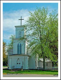 Grace Episcopal Church in Jonesville, Michigan, USA Old Country Churches, Old Churches, Beautiful Buildings, Beautiful Places, Lake Garden, Take Me To Church, Cathedral Church, Church Building, Episcopal Church
