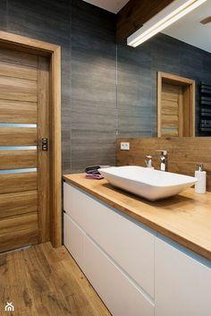Grafitowo-drewniana łazienka - Mała łazienka na poddaszu w bloku w domu jednorodzinnym bez okna, styl nowoczesny - zdjęcie od Renee's Interior Design