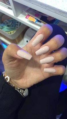 Prized by women to hide a mania or to add a touch of femininity, false nails can be dangerous if you use them incorrectly. Types of false nails Three types are mainly used. Cute Acrylic Nails, Cute Nails, Pretty Nails, Prom Nails, Long Nails, Short Nails, Solid Color Nails, Nail Colors, Holographic Nails