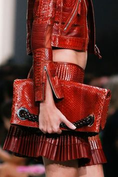 Home – Elisabeth Moments Red Purple, Red Gold, Dope Fashion, Fashion Show, Red Spice, Arabic Dress, Mode Chic, Roberto Cavalli, Leather Fashion