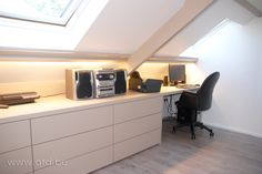 Bureau op zolder – Neue Deko-Ideen Attic office separator: Office in the attic Attic Office, Attic Loft, Loft Room, Bedroom Loft, Attic Renovation, Attic Remodel, Attic Inspiration, Loft Storage, Bedroom Storage