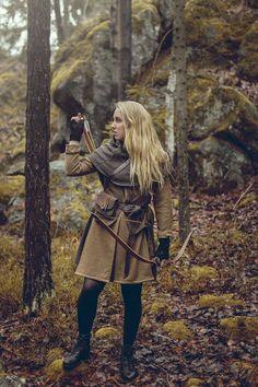 Brus brus brus i den mörka skogen ;) Canon EOS 600D + Sigma30/1,4 Jag har nya sagokläder. Bågskytt'iga sagokläder. Älskar dem! Tunikan är sydd med det tyget som blev kvar från den gröna klänni