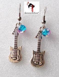 Pendientes de diseño propio, para las amantes de la música! Elaborados con fornituras en forma de guitarra y abalorio de cristal craquelado