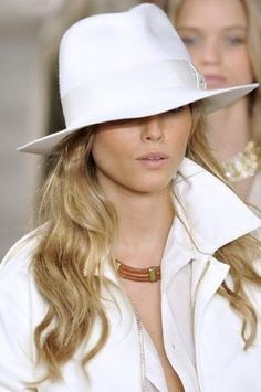 Ralph Lauren at New York Fashion Week Spring 2009 – Style at a Certain Age – Join in the world of pin Beauty And Fashion, White Fashion, Ralph Lauren, Style Olivia Palermo, Dries Van Noten, Stylish Hats, Wearing A Hat, Glamour, Love Hat