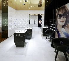The shop space is characterised by the use of high-quality materials such as a white marble floor and black marble for the characteristic presentation cases and service desk. A leather-covered expanse of wall provides an additional focal point within the space, as well as creating a warm setting for in-depth consultations.