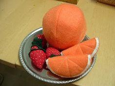 Felt food orange.  Tutorial by Helping Little Hands.  #toys #felt #food #fruit #oranges