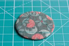 master class sobre a bola do vintage / Natal do vintage tutorial bola - serões Fabric Christmas Decorations, Quilted Christmas Ornaments, Fabric Ornaments, Christmas Sewing, Ball Ornaments, Christmas Crafts, Master Class, Vintage Christmas Balls, Fabric Balls