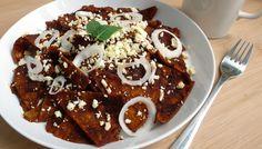 Esta receta de chilaquiles de mole son una delicia. Atrévete a prepararlos y cambia el sabor de los chilaquiles tradicionales por estos chilaquiles de mole.