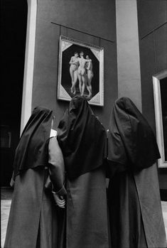Alecio de Andrade - O Louvre ... nuns in black habit looking at nude figures in a painting at the Louvre Museum, Paris ... interesting photography