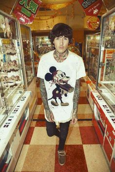 Oliver Sykes Drop Dead Clothing.                                                                                                                                                      Mais