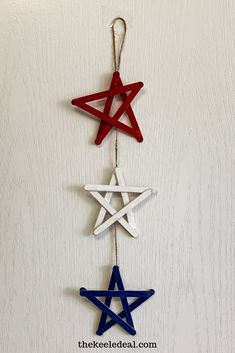 This patriotic star door hanger is the perfect door decoration for memorial day, the of July, Labor Day and all summer long. It's quick to make and the supplies are things you probably already have around the house. 4th July Crafts, Fourth Of July Crafts For Kids, Fourth Of July Decor, 4th Of July Party, July 4th, 4th Of July Ideas, 4th Of July Wreath, Memorial Day Decorations, 4th Of July Decorations