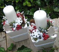 Adventní+svícny+se+stromečky+Adventní+svícny+v+keramických+obalech+doplněné+vánočními+přízdobami,+dřevěným+stromečkem,+umělou+zelení+a+krajkou.+Šířka+je+cca+10cm+a+výška+cca+17cm+-+měřeno+s+nazdobením.+Velmi+trvanlivá+dekorace.+Svíčka+je+čistě+bílá.+Mám+pro+Vás+připraveny+dva+kusy.+Cena+je+uvedena+za+jeden+kus. Christmas Flowers, Christmas Candles, Christmas Centerpieces, Christmas Svg, Christmas And New Year, Christmas Wedding, Handmade Christmas, Christmas Tree Ornaments, Christmas Decorations