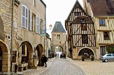 Yonne : Noyers sur Serein Belle France, Rhone, France Travel, Art And Architecture, Travel Destinations, Places To Visit, Burgundy, Street View, Europe