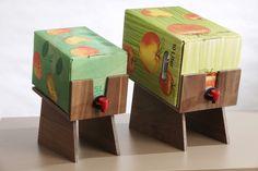 Eleganter Ständer für 5L Saft Bag-in-Box.  Massivholz-Verbund mit Aluminiumschichten. Durch die glänzenden Alukanten wirkt der Ständer sehr hochwertig und grazil.  Der Auslasshahn ist immer...