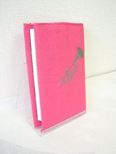 ピンクのビビッドな色でカバンの中にあっても探し出しやすいグッドアイデア❤︎手作りのブックカバーで楽しい読書タイム♬
