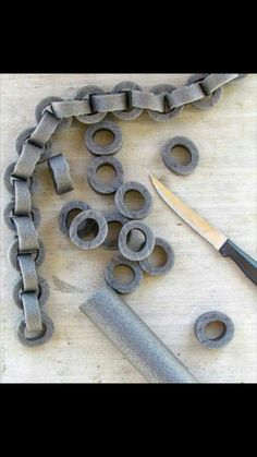 How to make Faux chains out of pipe insulation. Perfect for Halloween! How to make Faux Chains. Make faux chains for Halloween out of pipe insulation Great Halloween Hack to decorate mantels. staircases for spooky Halloween Theme Halloween, Halloween Tags, Holidays Halloween, Halloween Crafts, Pirate Halloween Decorations, Holiday Decorations, Outdoor Halloween, Medieval Decorations, Scary Halloween