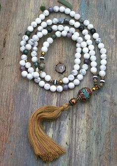 Mala necklace made ​​of 8 mm - 0.315 inch, beautiful frosted howlite and faceted agate gemstones. Together they count as 108 beads. The mala is decorated with frosted agate, hematite and the guru is a handmade Nepalese bead - look4treasures on Etsy
