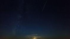 Meteore di inizio anno: arrivano le Quadrantidi http://www.sapereweb.it/meteore-di-inizio-anno-arrivano-le-quadrantidi/        Finiti spettacoli pirotecnici e botti. Smaltita la cena e gli immancabili brindisi della mezzanotte, i festeggiamenti per l'arrivo del nuovo anno proseguono, spostandosi nel cielo. È infatti il momento delle Quadrantidi, uno dei maggiori sciami meteorici dell'anno, attivo proprio nei pri...