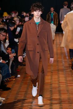 The complete Officine Generale Fall 2018 Menswear fashion show now on Vogue Runway. Fashion Show Collection, Designer Collection, New Mens Fashion, Men's Fashion, Mens Fall, Fall 2018, Vest Jacket, Dapper, Vogue