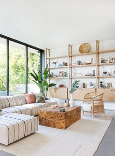One of the things I hate are new-builds without character but Venice Beach-based design firm Electric Bowery found a way to incorporate a ton of mid-century feel into this Santa Monica space Boho Living Room, Home And Living, Living Room Decor, Living Spaces, Coastal Living, Modern Living, Home Modern, Bohemian Living, Modern Country