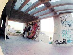 graffitti, koi en construccion frente al mar, una tarde de sabado en la paz bcs Mexico.