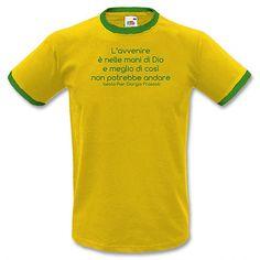 """Stampa T-shirt Uomo #SERIGRAFIA #FRASSATI #PGF #CHESTERTON # DISTRIBUTISMO #PUMPSTREET  """"L'avvenire è nelle mani di Dio e meglio di così non potrebbe andare"""" PGF"""