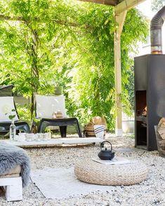 Ook zo'n zin in de zomer? Vorig jaar zaten we aan een proseccolunch bij @anjawillemsen en @gaicowillemsen in deze prachtige tuin! Je kunt deze maand bij ze binnenkijken in #vtwonen foto @hansmossel / styling @sabineburkunk @anjawillemsen