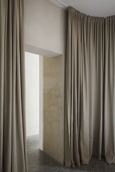 Home & Studio Of Mar Plus Ask in Berlin – Design. Long Curtains, Curtains With Blinds, Wall Of Curtains, Office Curtains, Bedroom Drapes, Built In Bathtub, Nordic Living Room, Turbulence Deco, Home Studio