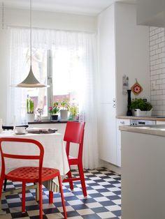 Retro kitchen with IKEA cabinets Red Kitchen, Rustic Kitchen, Kitchen Interior, Kitchen Decor, Country Kitchen, Floor Design, House Design, Style Année 20, Black And White Tiles