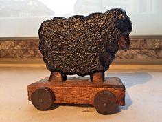 cadeaux Noel, fêtes... jouet en bois pour enfant, mouton noir sur roulettes