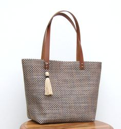 Leather Bags Handmade, Handmade Bags, Purses And Handbags, Leather Handbags, Sacs Design, Diy Handbag, Jute Bags, Simple Bags, Fabric Bags