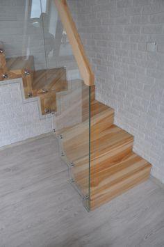 Architekci bardzo chętnie wybierają szkło jako główny materiał dla wielu elementów budynków. Szklane balustrady są tylko jednym z przykładów jego zastosowania w nowoczesnym budownictwie.