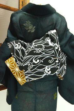 白黒の波文様と芥子色の麻の葉模様がリバーシブルになった半幅帯です。 #kimono