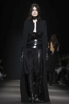 Ann Demeulemeester Ready To Wear Fall Winter 2015 Paris Dark Fashion, Live Fashion, Fashion Show, Fashion Design, Mode Sombre, Witchy Outfit, Ann Demeulemeester, Wearing Black, Shorts
