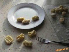 Uvařené brambory pořádně rozmačkáme na jemnou kaši,přidáme mouku,vajíčko a sůl.Dobře vypracuji těsto...