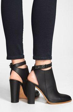 25 Ankle Strap Shoes For Ending Your Winter – Shoes Market Experts Pretty Shoes, Beautiful Shoes, Cute Shoes, Me Too Shoes, Ankle Strap Shoes, Women's Shoes Sandals, Shoe Boots, Leather Sandals, Estilo Glamour